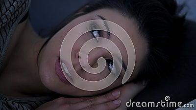Stäng sig upp framsidaskott av den unga attraktiva latinamerikanska kvinnarubbningen, i att ligga för spänning som och för sömnlö stock video