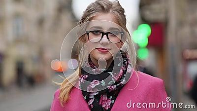 Stäng sig upp sikt av en ung flicka med ursnyggt utseendemässigt anseende inom folkmassan av folket Fullsatta gator, stad lager videofilmer