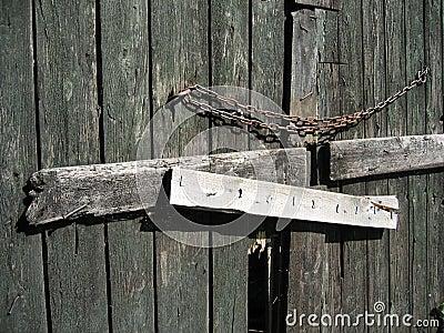 Stängd dörr för ladugård