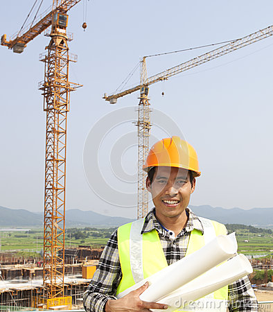 Stående av byggnadsarbetaren på konstruktionsplatsen