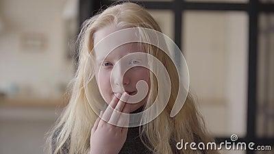 Stående av den förtjusande flickan med gråa ögon som ser le för kamera Ovanligt utseende Carefree barndom Framsida av lager videofilmer