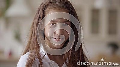 Stående av den gulliga lilla flickan som ser kameran som lyckligt ler Carefree barndom Liten emotionell flicka hemma verkligt lager videofilmer