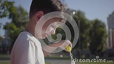 Stående av den gulliga lilla pojken som blåser såpbubblor Gulligt barn som utomhus spenderar tid bara Sommartidfritid _ arkivfilmer