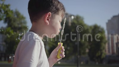 Stående av den nätta pysen som blåser såpbubblor Gulligt barn som utomhus spenderar tid bara Sommartidfritid arkivfilmer
