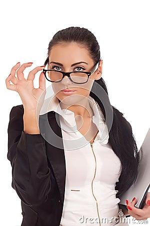 Stående av den unga kvinnan som ser över exponeringsglas