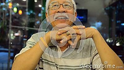 Stående av gammalt asiatiskt folk, lycklig pensionärasia man arkivfilmer
