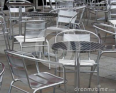 Stühle und Tabellen