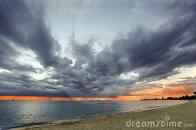 Stürmisches Wetter im Meer mit Sonnenuntergang