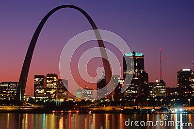 St. Louis, MO-Skyline und Bogen nachts