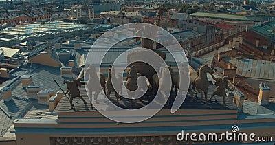St PÉTERSBOURG, RUSSIE : Gloire de char de voûte triomphale sur le bâtiment d'état-major à St Petersburg banque de vidéos