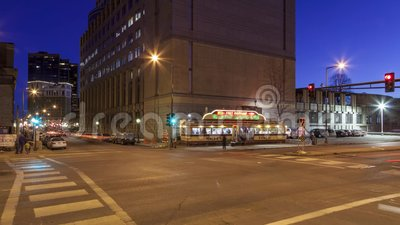ST Paul, ΜΝ - τον Ιανουάριο του 2017 - λυκόφως πέρα από τους ουρανοξύστες του ST Paul και την άμαξα-εστιατόριο του εικονικού εμπα φιλμ μικρού μήκους