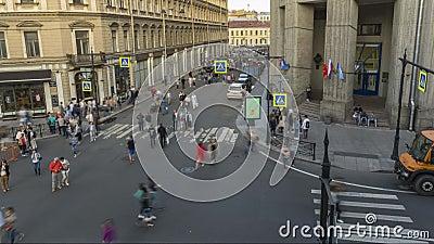 St Peterburg, Rússia - 23 de junho de 2019: tráfego de peões no centro histórico do centro histórico de St video estoque