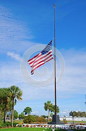 Staaten- von Amerikamarkierungsfahne am halben Personal