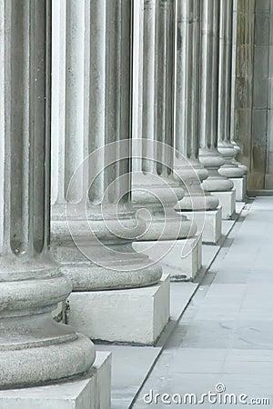 Stabilité de loi, de commande et de justice