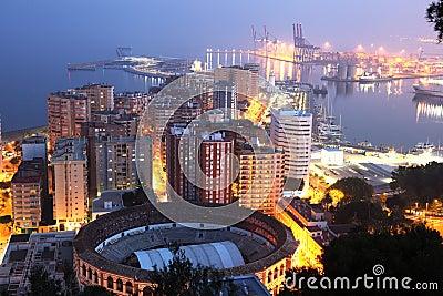 Stad av Malaga på natten