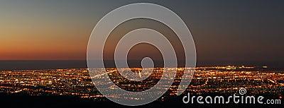Stad över solnedgång