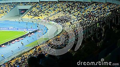 Stadionssicherheit, die auf Stühlen sitzt und während des Spiels Fußballfane betrachtet stock video
