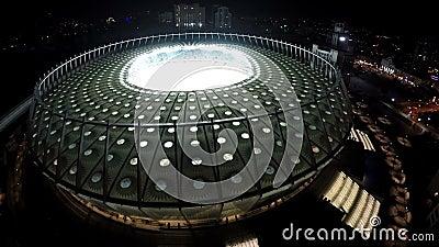 Stadionstribünen füllten mit Fußballfanen, Nachtluftschuß von der modernen Arena stock video