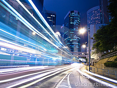 Stads- stadstrafik på natten