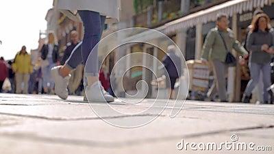 Stadsbor går över gata- och stadsfyrkant i den soliga vårdagen, sikt från jordning, suddigt skott lager videofilmer