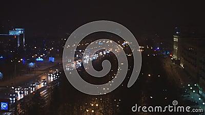 Stadtbild mit Straße und Gebäuden Nachtkreuzungen stock video