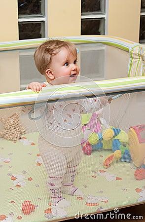 Stand de bébé dans le playpen