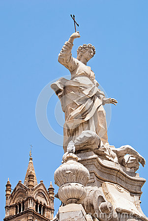 Standbeeld van Santa Rosalia naast de kathedraal van Palermo