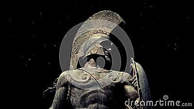 Standbeeld van Spartaanse strijder met stof die rond drijven stock footage