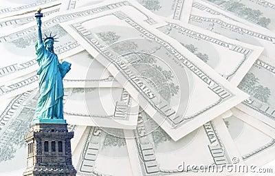Standbeeld van vrijheid op 100 ons dollarsachtergrond