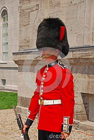 Free Standing Guard In Red Uniform At Parliament Hill, Ottawa, Canada Stock Photos - 109561253