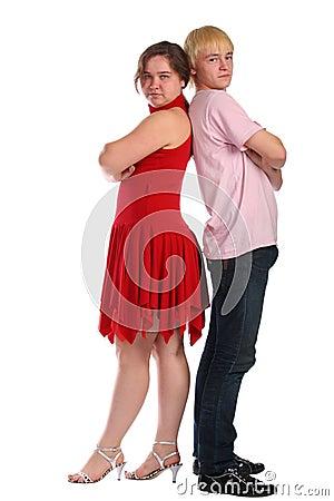 Stands de jeune homme et de femme dos à dos