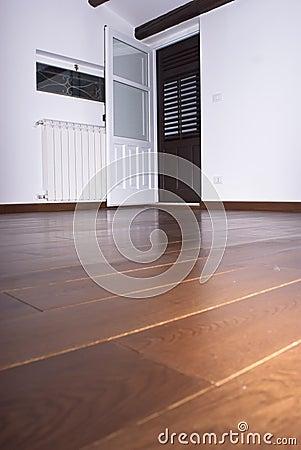 Stanza con i pavimenti di legno duro