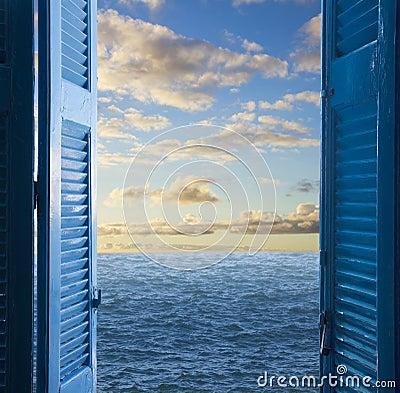 Stanza con la porta aperta a vista sul mare fotografia for Porta aperta