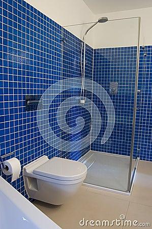 Stanza da bagno blu moderna