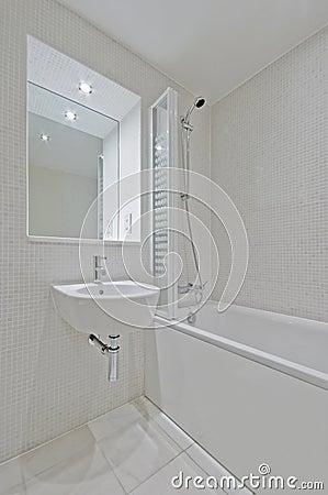 Stanza da bagno con le mattonelle di mosaico beige - Mattonelle x bagno ...