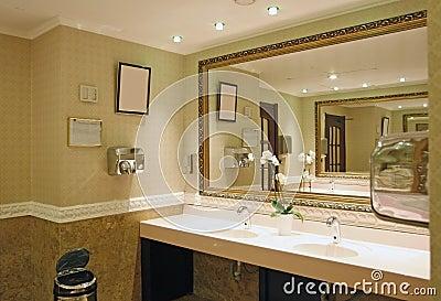 Stanza da bagno di lusso con la finestra incorniciata in un hotel ...