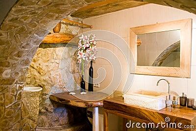 ... di una stanza da bagno romantica rustica nello stile spagnolo