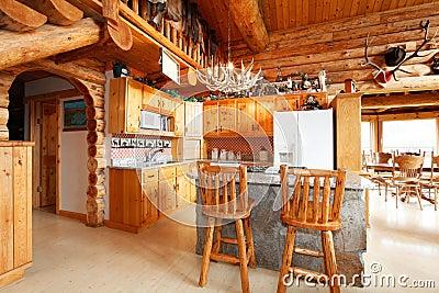 stanza della cucina nella casa della cabina di ceppo