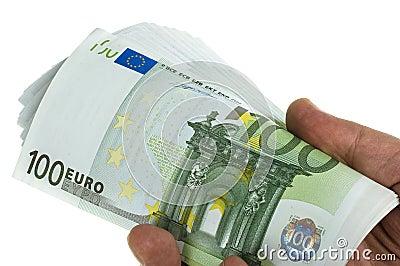 Stapel Euro 100 in der Hand