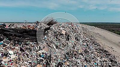 Stapel van het berg stinken de grote huisvuil en de verontreiniging, Stapel van en het giftige residu, Dit huisvuil komt uit sted stock videobeelden