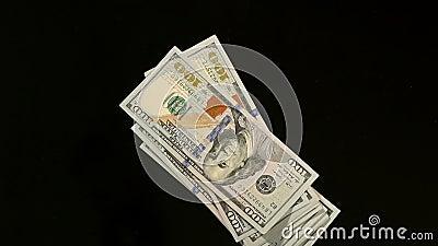 Stapel van honderd dollarsrekeningen die op lijst vallen stock video