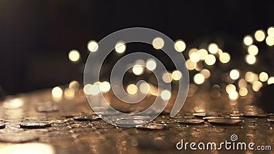 Stapel van muntstukken die op de lijst vallen stock footage
