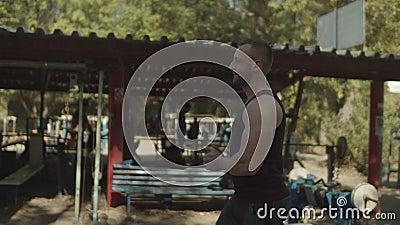Starker Bodybuilder bereitet sich auf Bewegung vor stock video footage