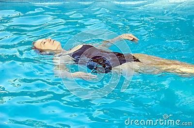Starsza pływacka kobieta