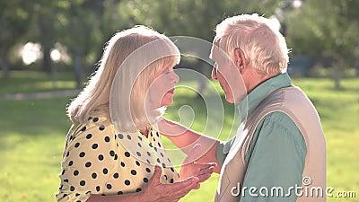 Starsza para dyskutuje zdjęcie wideo