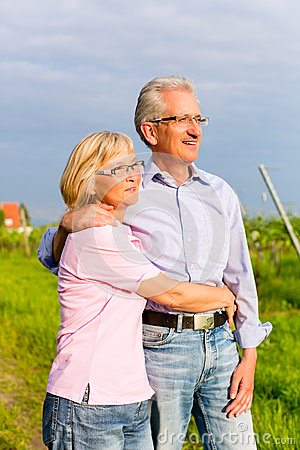 Starszy mężczyzna i kobieta chodzi ręka w rękę