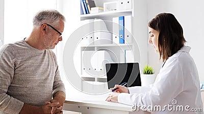 Starszy mężczyzna i lekarki spotkanie przy szpitalem 59 zbiory wideo