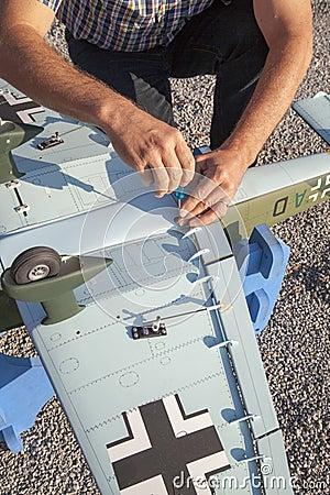 Starszy RC modeller i jego nowy samolot modelujemy