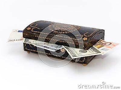 Stary biżuterii pudełko z pieniądze inside