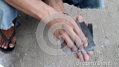 Stary człowiek przeznaczać do rozbiórki kit w odmalowywać starą chłodziarkę zbiory wideo